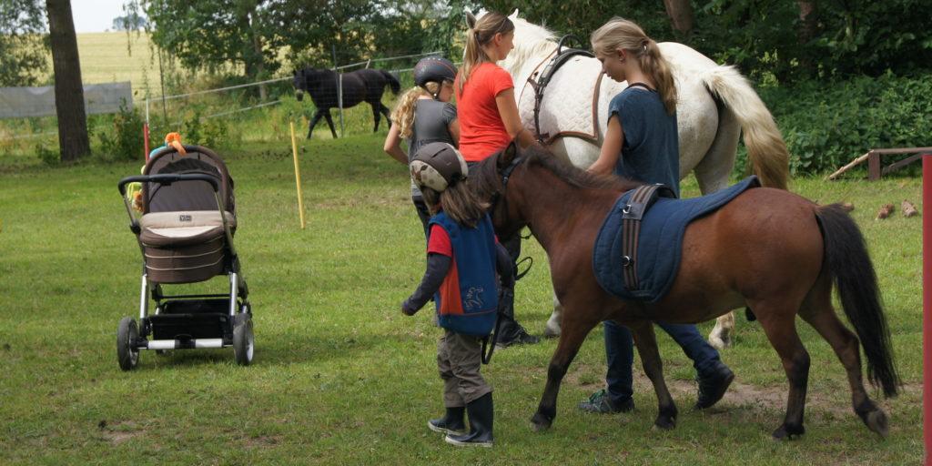 Kinder beim Ponyreiten in Taubenheim bei Dresden
